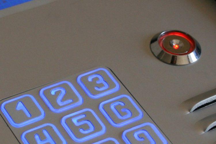 Cyfrowy domofon wielorodzinny z szyfratorem i czytnikiem