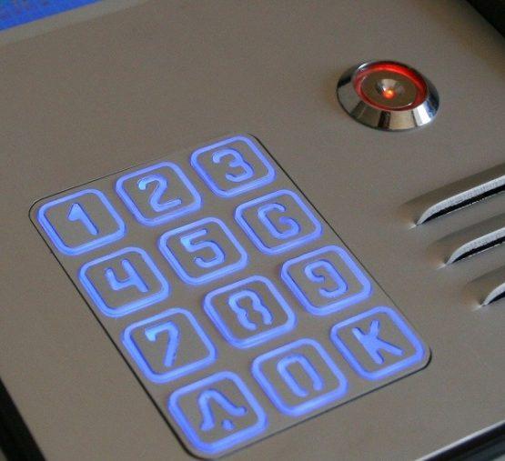 Cyfrowy domofon wielorodzinny z szyfratorem i czytnikiem, do bloku, podtynkowy