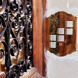 Domofon w stylu retro dla kamienicy - mosiądz, czytnik